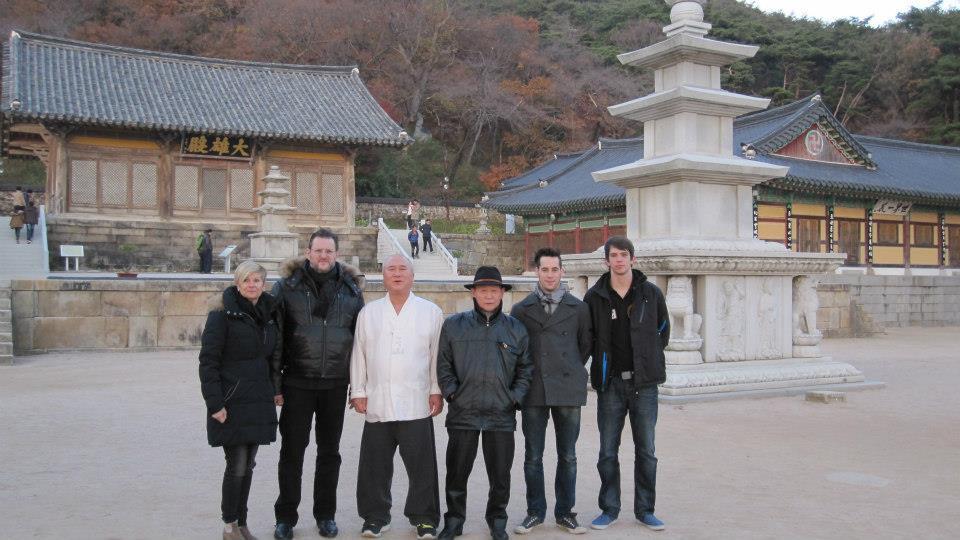 Josef-Schoop-Besuch-einer-Tempelanlage-Korea