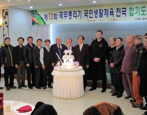 Josef-Schoop-Gruppenfoto-mit-den-Großmeistern-Korea4