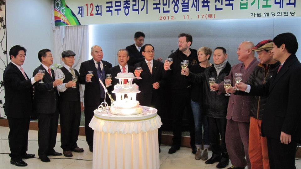 Josef-Schoop-Gruppenfoto-mit-den-Grossmeistern-Korea2