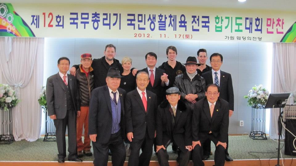 Josef-Schoop-Gruppenfoto-mit-den-Grossmeistern-in-Korea1